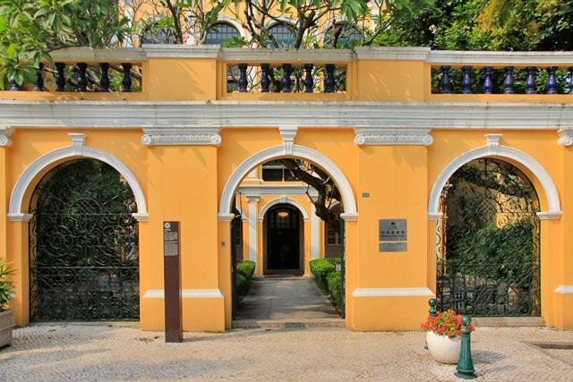 Entrada da Biblioteca Sir Robert Ho Tung, no Largo de Santo Agostinho
