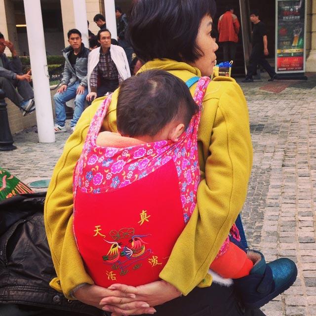 Mãe acomoda seu filho nas costas, na altura da parada Ponte 16 (via Instagram)