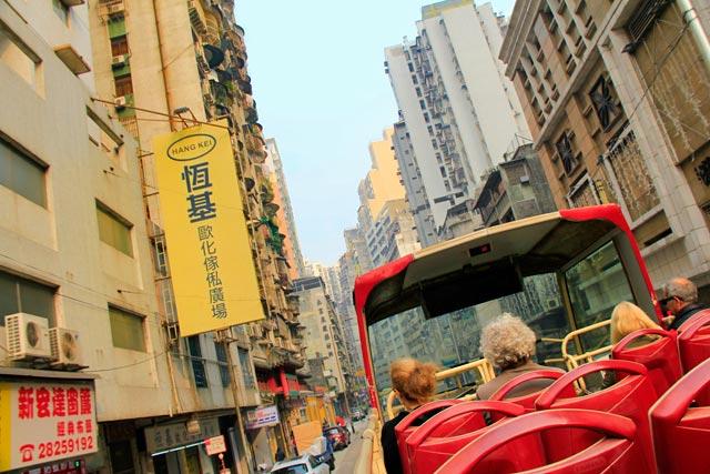 No ônibus turístico panorâmico