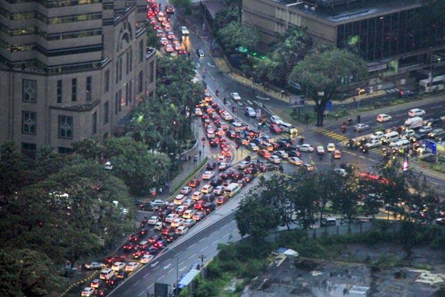 Trânsito de Kuala Lumpur visto da KL Tower