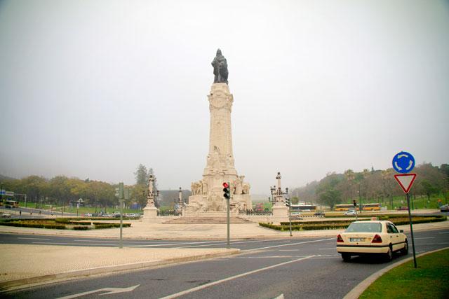 Praça Marquês de Pombal. No centro, ergue-se o monumento a Marquês de Pombal