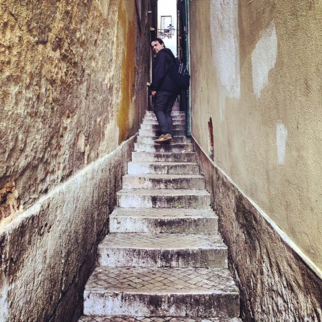 Élcio na escadaria da rua Cais de Santarém (via Instagram)