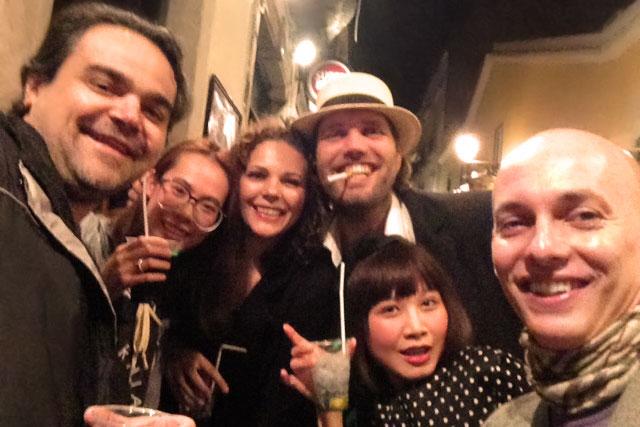 Selfie com Élcio, Victoriana, Lu, desconhecido, Isabel e eu, no Bairro Alto