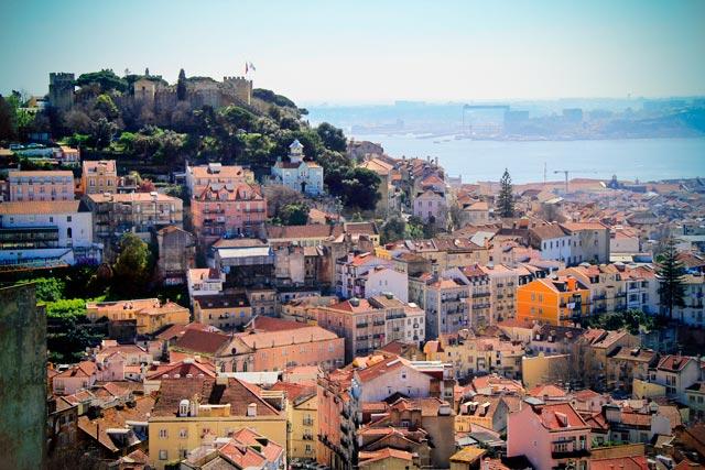 Lisboa vista do Miradouro da Senhora do Monte. Destaque para o Castelo São Jorge