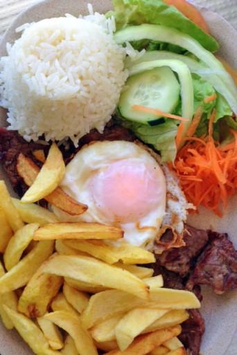 Filé com ovo, fritas, arroz e salada, servido no restaurante Ilha Grande