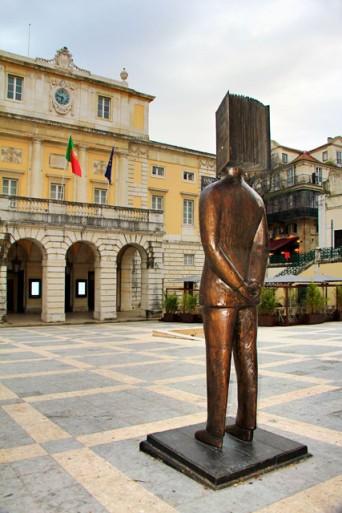 Escultura Hommage à Pessoa, em homenagem ao poeta Fernando Pessoa