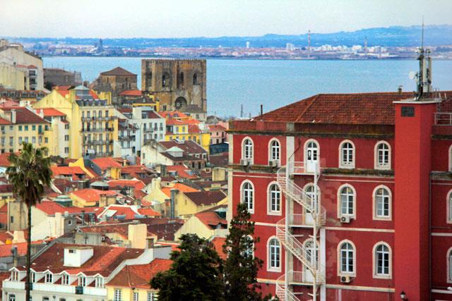Lisboa vista do Miradouro de São Pedro de Alcântara. Rio Tejo ao fundo