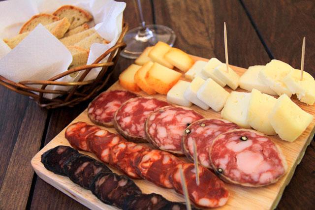 Tábua de queijos e embutidos servida na Queijaria Nacional