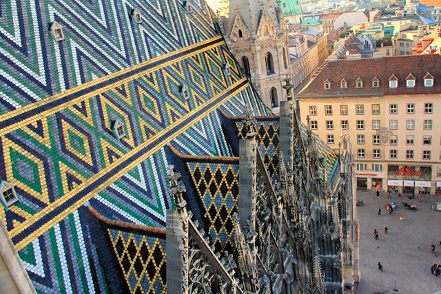 Detalhe do telhado de azulejos da Stephansdom