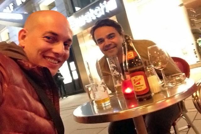 Eu e o Élcio, em bar da Graben