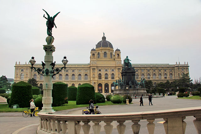 Maria-Theresien-Platz. Ao fundo, edifício do Naturhistorisches Museum