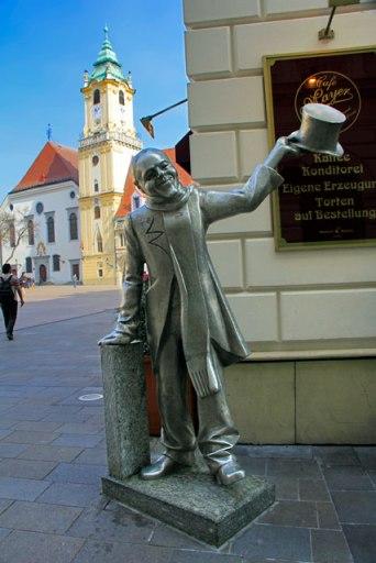 Estátua de Schöner Náci, situada na Hlavné námestie