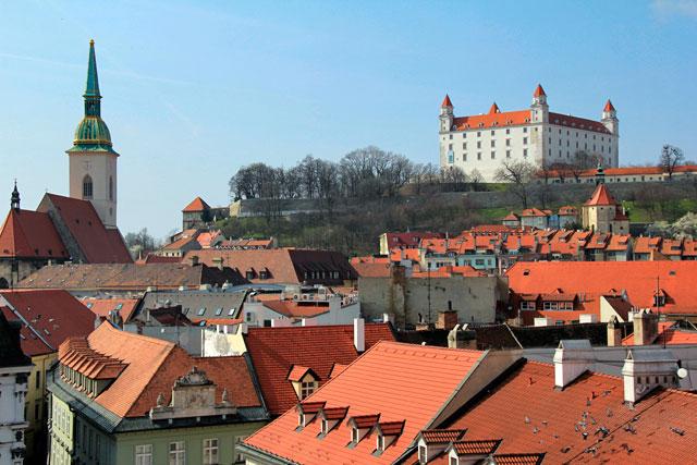 Bratislava vista da torre da Antiga Prefeitura. Destaque para o Bratislavský hrad (Castelo de Bratislava)
