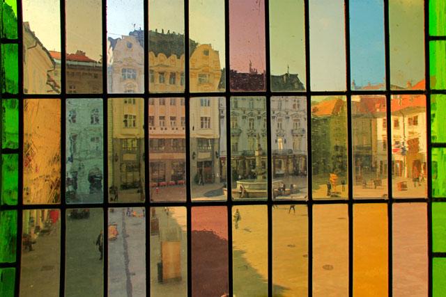 Hlavné námestie vista de dentro do Bratislava City Museum