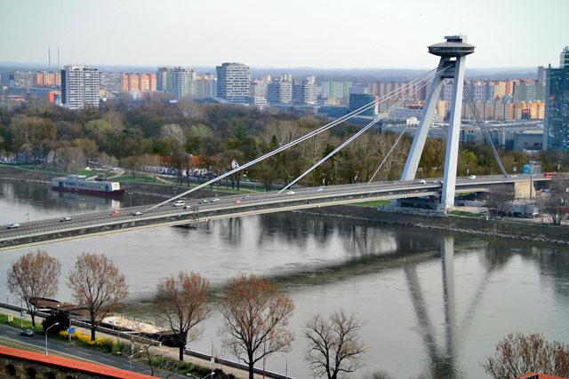 Most SNP (ponte Ovni), vista do Bratislavský hrad