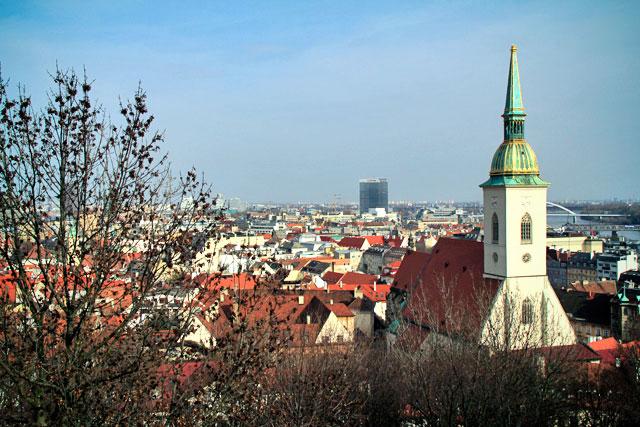Katedrála svätého Martina (catedral de San Martín) vista do Bratislavský hrad