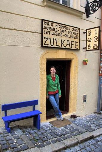 Elena, na entrada do Zulkafe