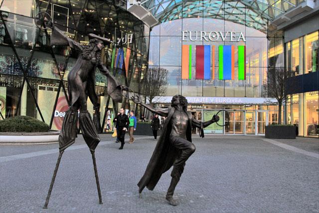 Estátua na entrada do shopping center Eurovea