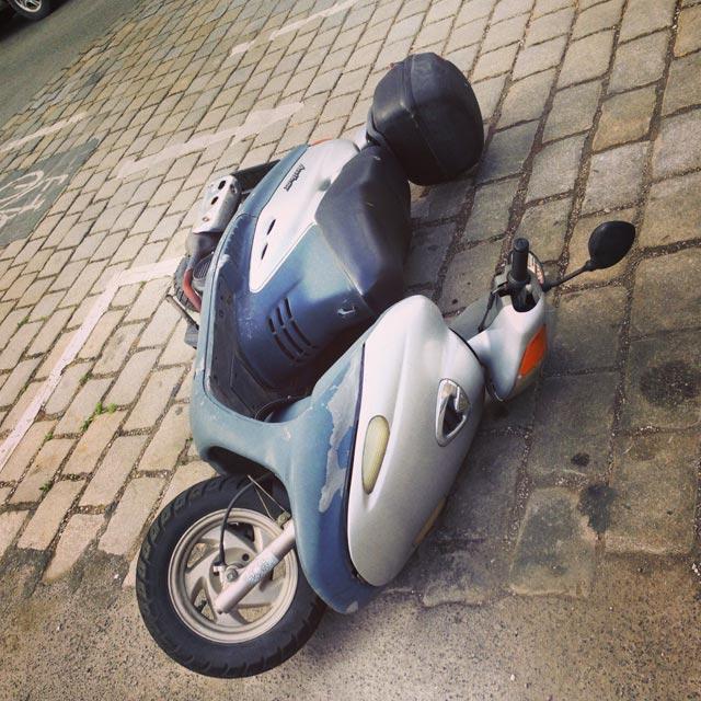Scooter derrubada pelo vento (via Instagram)