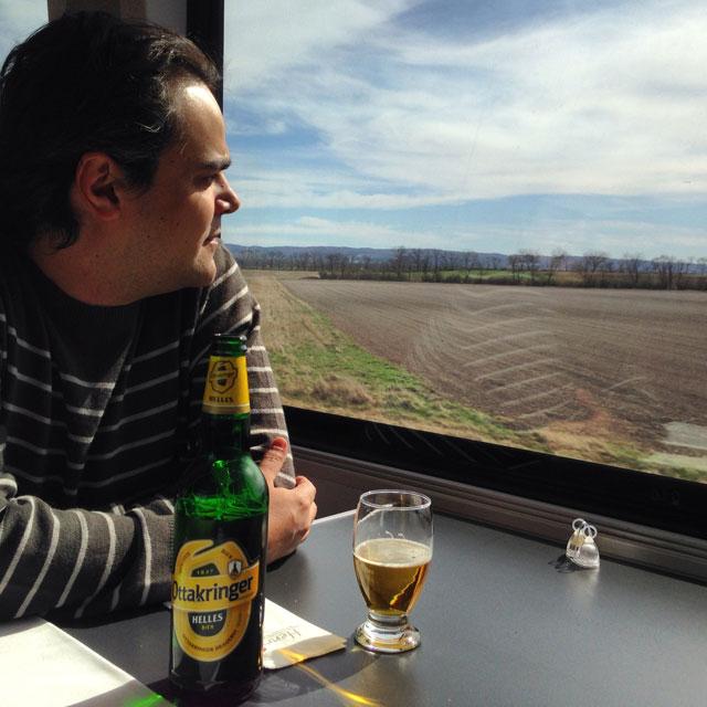 Élcio degusta uma cerveja no trem de Viena a Budapeste (via Instagram)