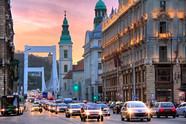 Rua Kossuth Lajos, próximo à Ferenciek tére (Praça Franciscana). Erzsébet híd (Ponte Elizabeth) ao fundo