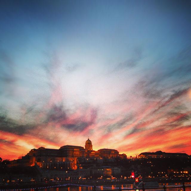 Castelo de Buda, visto da margem oriental do Danúbio (via Instagram)