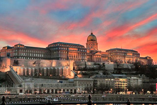 Castelo de Buda, visto da margem oriental do Danúbio