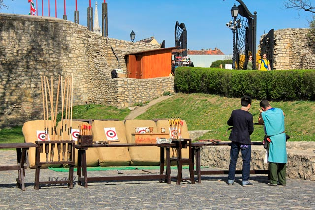 Prática recreativa de arco e flecha no complexo do Castelo de Buda