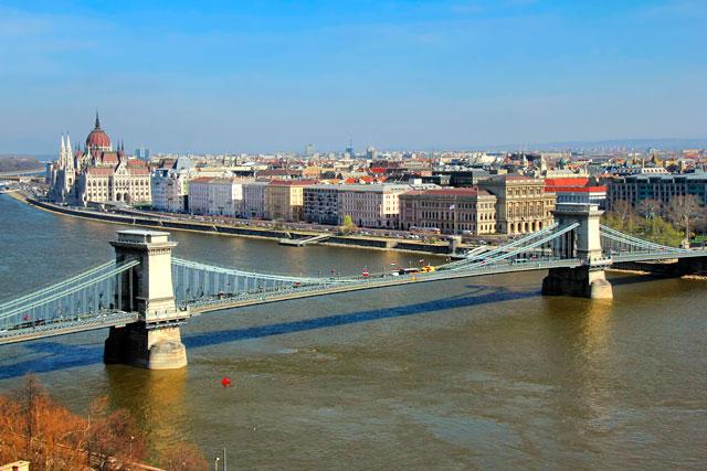 Ponte das Correntes vista dos mirantes do Castelo de Buda