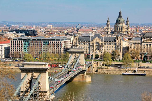Ponte das Correntes, vista dos mirantes do Castelo de Buda