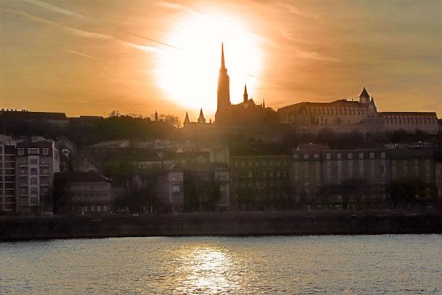 Buda vista do outro lado do Danúbio. Destaque para a torre da Igreja de Matias