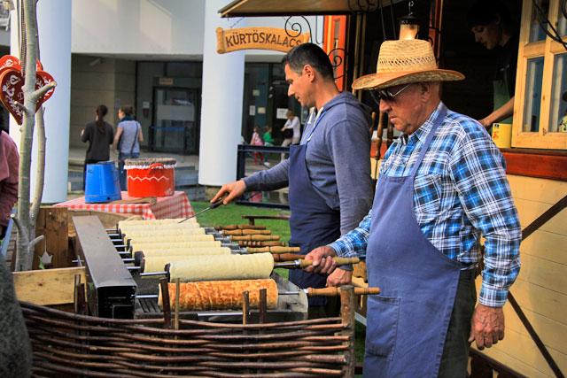 kürtőskalács sendo preparado na feira do Parque Millenáris