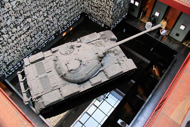Tanque de guerra exposto na Terror Háza (Casa do Terror)