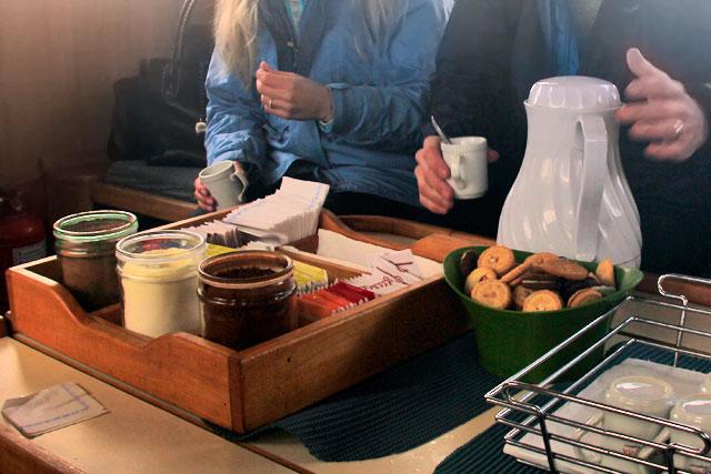 Lanche servido a bordo, com chás, café e galletitas (biscoitos)