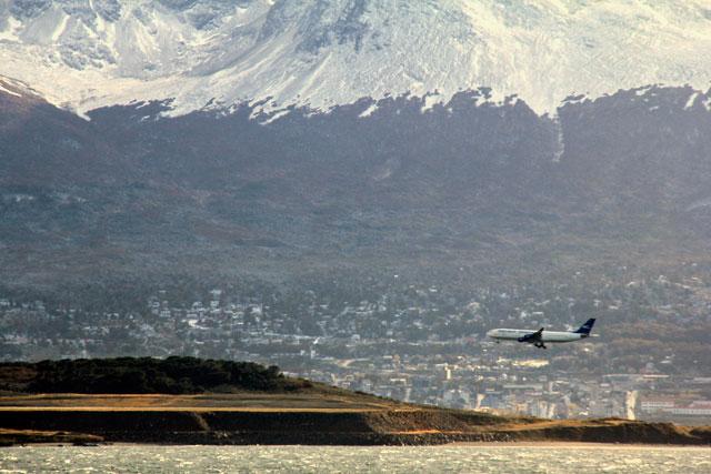 Aeroporto Internacional de Ushuaia, visto da Isla Bridges