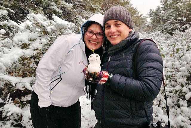 Cintia me presenteia com um boneco de neve, no Parque Nacional Tierra del Fuego