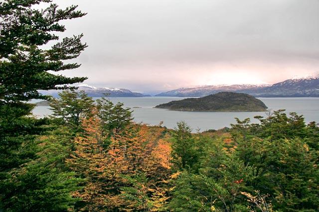 Mirante com vista para a Isla Redonda, no Parque Nacional Tierra del Fuego