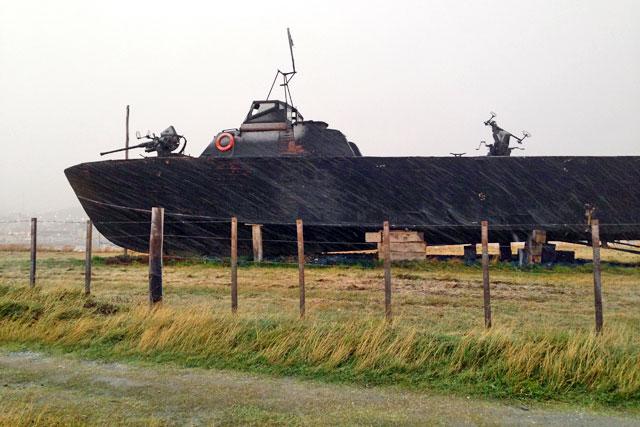 Barco exposto próximo ao Aeroclub Ushuaia