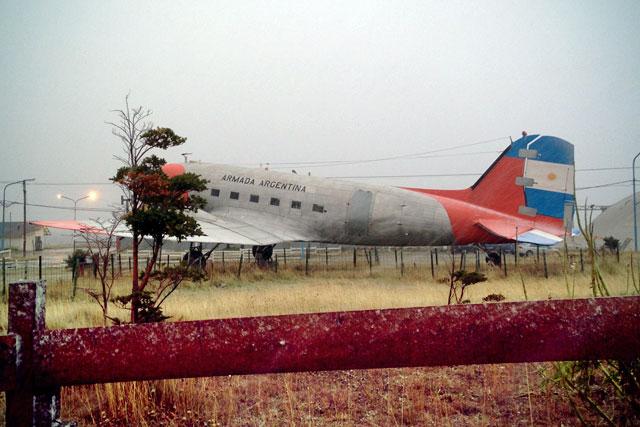 El Douglas DC-3, exposto no Aeroclub Ushuaia