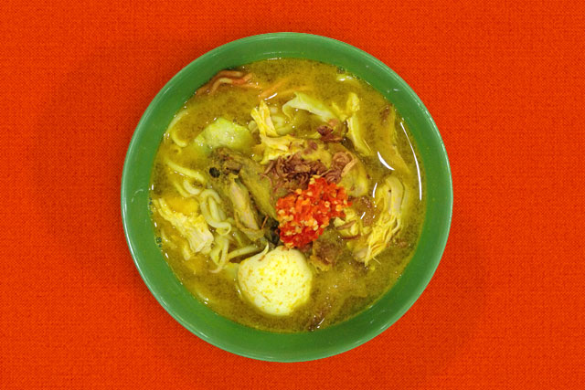 Me soto ayam (sopa de frango javanesa)