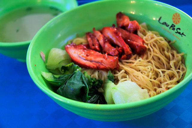Chicken wanton noodle (macarrão com frango picante e vegetais), servido no Lau Pa Sat