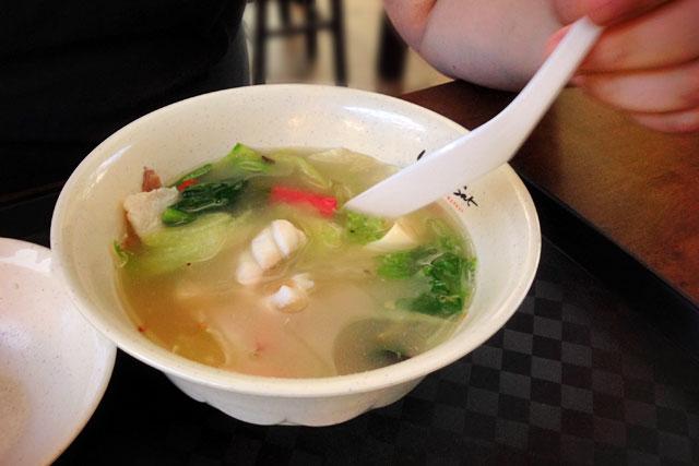 Sopa com carnes e vegetais servida no Lau Pa Sat