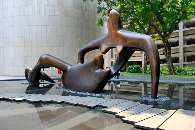 Large Reclining Figure, do artista inglês Henry Moore