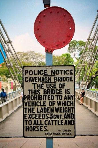 Placa de aviso original da Cavenagh Bridge