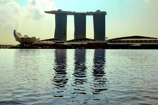 Edifício do Marina Bay Sands, visto do passeio de barco pelo Rio Singapura