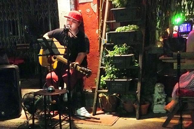 Fim de noite com música ao vivo no bar Going Om, na Haji Lane