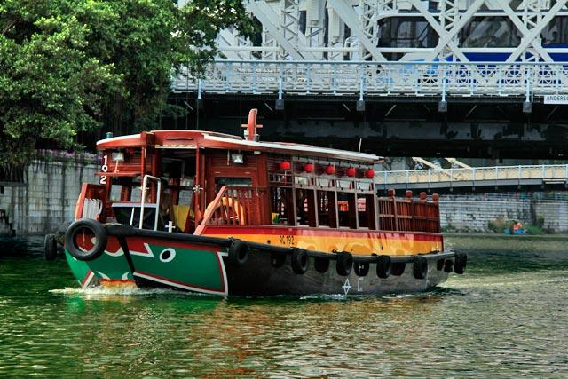 Barco que faz o passeio pelo Rio Singapura