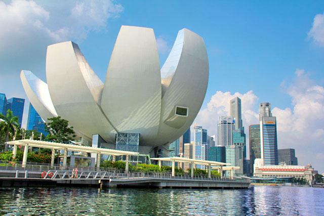 Edifício do ArtScience Museum, visto do passeio de barco pelo Rio Singapura