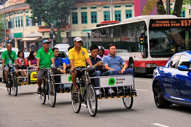 Ciclo-riquixás da Trishaw Uncle trafegam pela Serangoon, em Little India