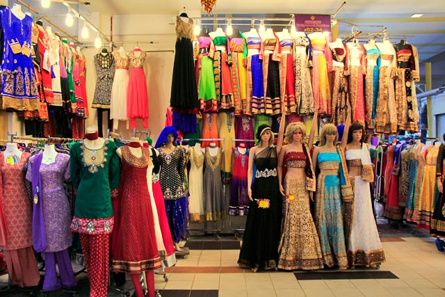 Lojas de roupas no segundo piso do Tekka Centre, em Little India